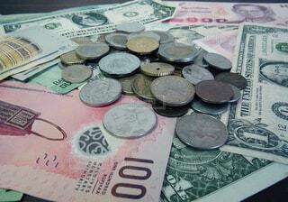 いろんな国のコインとお札の写真・画像素材[1590698]