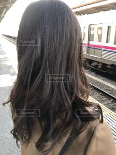 電車の前に立っている女性の写真・画像素材[1640801]