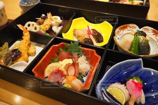 トレイに異なる種類の食べ物が詰まった箱の写真・画像素材[2917263]