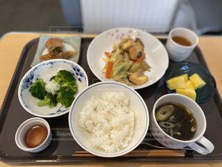 テーブルの上に食べ物を1杯入れるの写真・画像素材[3778001]