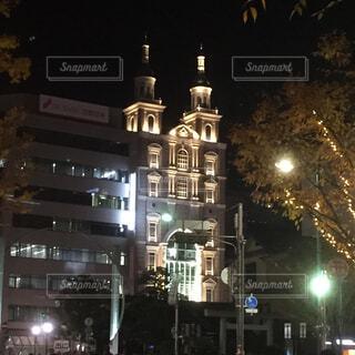 夜のライトアップされた街の写真・画像素材[1587453]