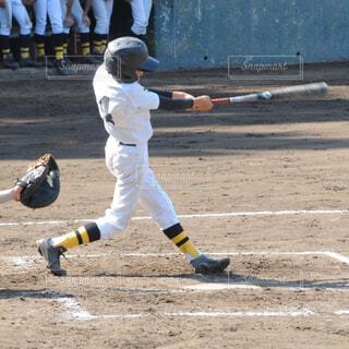 野球のバットを振る少年の写真・画像素材[1588120]