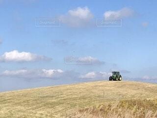 草原の中のトラクターの写真・画像素材[1596876]