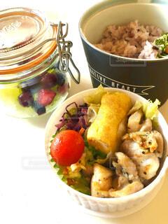 テーブルの上に食べ物のプレートの写真・画像素材[1590815]