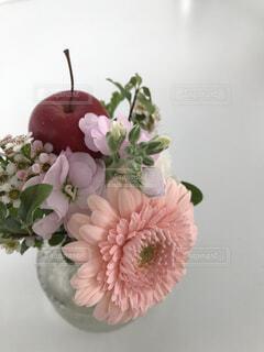 テーブルの上のお花の写真・画像素材[1592720]
