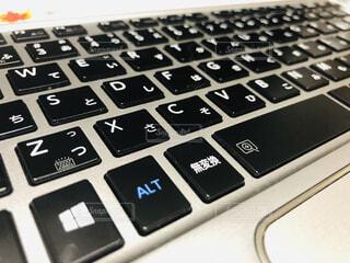 近くに黒のキーボードの写真・画像素材[1596543]