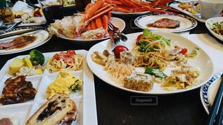 テーブルの上の皿の上に食べ物の束の写真・画像素材[1641575]
