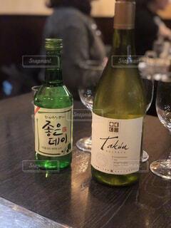 韓国料理屋でソジュとワインの写真・画像素材[1593455]