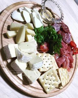 テーブルの上に食べ物のプレートの写真・画像素材[1602756]