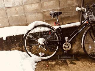 自転車に雪の写真・画像素材[1695039]