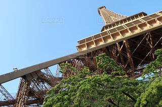 エッフェル塔を見上げての写真・画像素材[1601484]