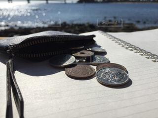 手帳と小銭と海の写真・画像素材[1606471]