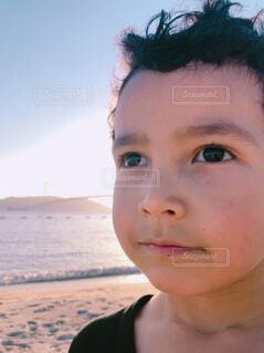 ビーチで未来を見つめる男の子の写真・画像素材[1661757]