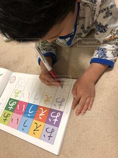 床で勉強する男の子の写真・画像素材[1750613]