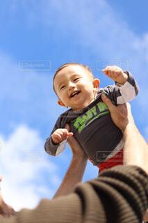 高い高いで満面の笑みの写真・画像素材[2915865]