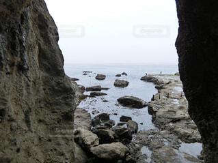 水の体の横にある岩場の写真・画像素材[1685920]