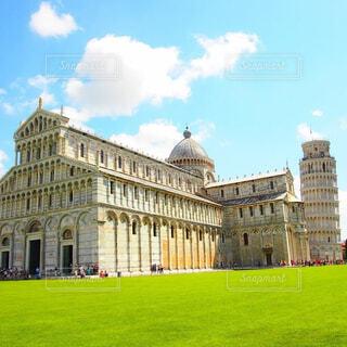 芝生のフィールドを持つ大きな建物の写真・画像素材[1610115]