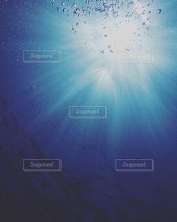 水中からの太陽光の写真・画像素材[1881628]