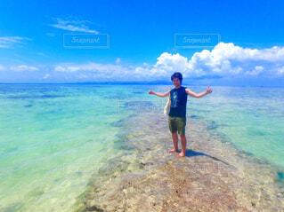 海に立っている男の写真・画像素材[774950]