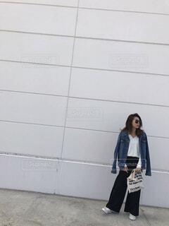壁の前に立っている女性 - No.779463