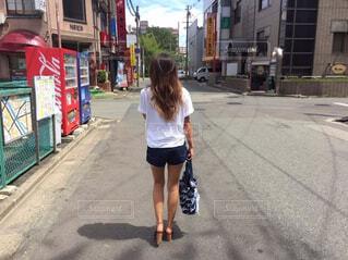 女性が通りを歩いている写真ですの写真・画像素材[779464]