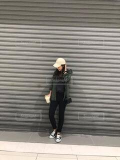 シャッターの前に立っている女性の写真・画像素材[779467]