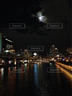 大きな橋が夜ライトアップ - No.784241