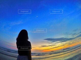 日没の前に立っている人の写真・画像素材[793551]