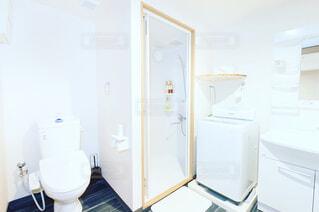 部屋に座っている白い冷蔵庫冷凍庫 - No.807356