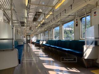 スチールトラックの大きな長い列車の写真・画像素材[2912591]