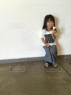 ソフトクリームを食べる少女の写真・画像素材[1599191]