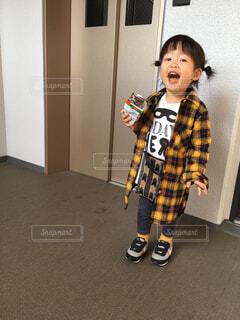 お菓子を食べて得意げな女の子の写真・画像素材[1601219]
