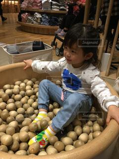 木のおもちゃで遊ぶ女の子の写真・画像素材[1601224]