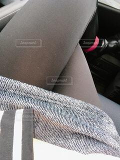車内で足組み秋冬ファッションの写真・画像素材[1600007]