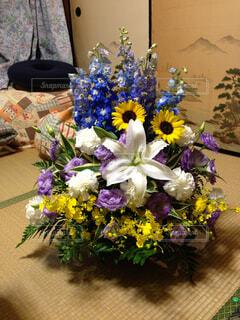 テーブルの上に花瓶の花の花束の写真・画像素材[1366038]