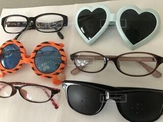 テーブルの上のサングラスの写真・画像素材[1398809]