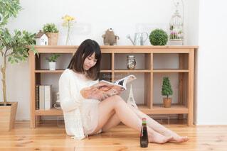 部屋でくつろぐ女性の写真・画像素材[1600098]