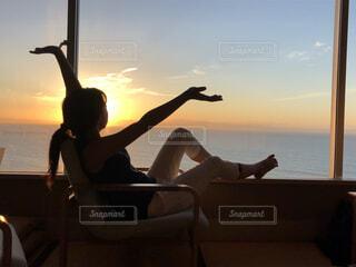 手を広げる女性の写真・画像素材[1600515]