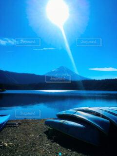 山梨県西湖から眺める富士山の写真・画像素材[1645553]