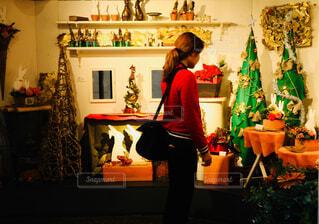クリスマスのインテリアを眺めるの写真・画像素材[1673839]
