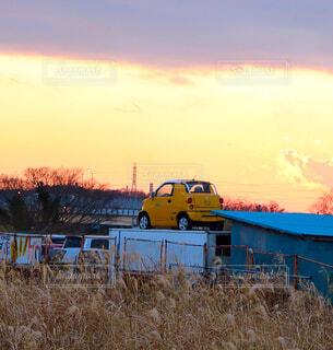 夕焼け空と車の写真・画像素材[1694573]