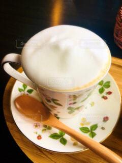 皿の上のコーヒーカップの接写の写真・画像素材[2185407]