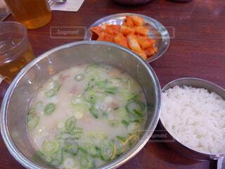 テーブルの上に食べ物の写真・画像素材[1601755]