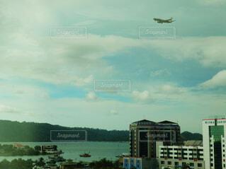 飛んでいる飛行機の写真・画像素材[1602547]