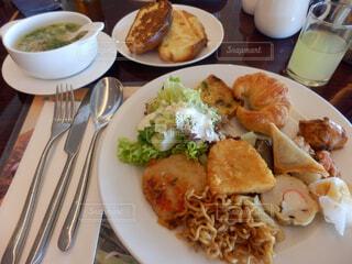 テーブルの上に食べ物のプレートの写真・画像素材[1602552]