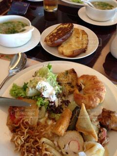 テーブルの上に食べ物のプレートの写真・画像素材[1602555]