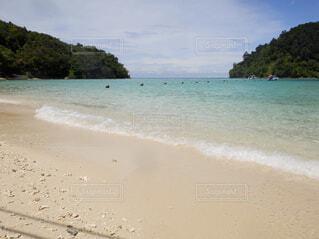 水の横にある砂浜のビーチの写真・画像素材[1602561]