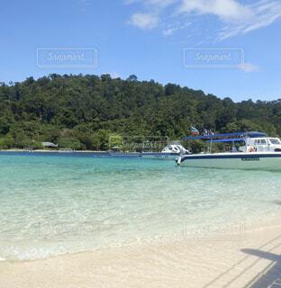 砂浜の上に座ってボートの写真・画像素材[1602563]