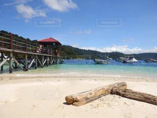 砂浜の上に座ってボートの写真・画像素材[1602564]