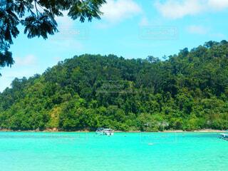 空と海の青と白のボートの写真・画像素材[1602570]